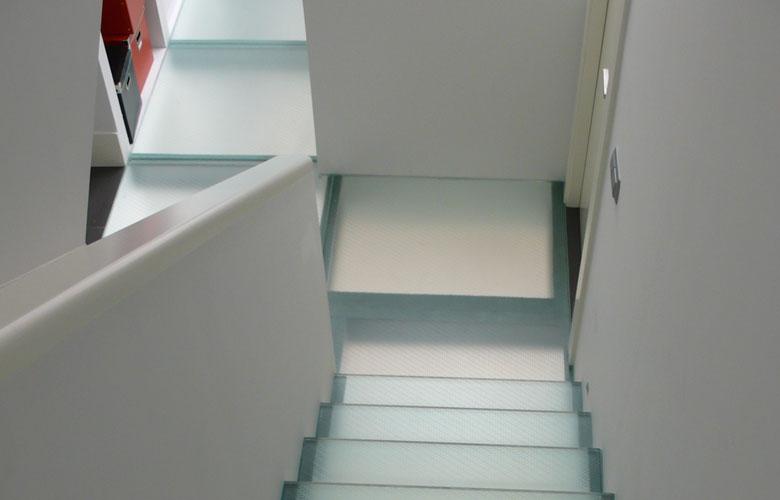 Escalera, suelo y cerramientos de cristal