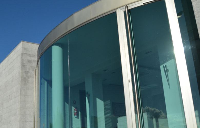 Fachada en cristal curvo y cerramiento automático